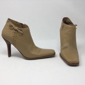 Bakers Stardust tan leather ankle boots w/ bow.
